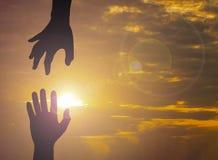 La foto de la silueta de mano a mano fotos de archivo libres de regalías