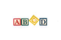 La foto de un alfabeto bloquea el deletreo del aislante de ABCD en el fondo blanco Imágenes de archivo libres de regalías
