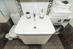La foto de un fregadero en un cuarto de baño fotos de archivo libres de regalías