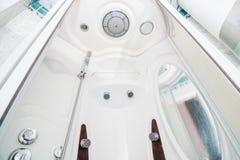 La foto de una cabina blanca brillante de la ducha foto de archivo