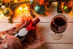 La foto del abeto ramifica, las bolas de la Navidad, guirnalda ardiente, botella Fotos de archivo