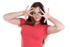 La foto del adolescente con las manos acerca a la cara Fotografía de archivo