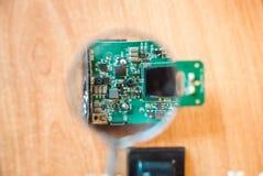 La foto del circuito eléctrico debido a la lupa imagen de archivo