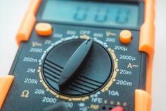 La foto del dispositivo per la misura della corrente e la tensione di elettricità immagini stock