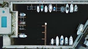 La foto del fuco che guarda dall'alto in basso le barche si è messa in bacino nelle chiavi di Florida, U.S.A. fotografia stock