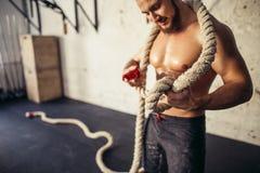 La foto del hombre joven en ropa de deportes hace punto el nudo Fuerza y motivación Imagen de archivo libre de regalías