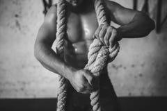 La foto del hombre joven en ropa de deportes hace punto el nudo Fuerza y motivación Fotos de archivo libres de regalías