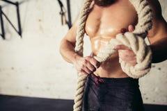 La foto del hombre joven en ropa de deportes hace punto el nudo Fuerza y motivación Foto de archivo