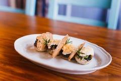 La foto del lado del primer de la composición de los alimentos consistió en las setas, queso y secó el pan Fotos de archivo libres de regalías