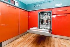 La foto del lavaplatos incorporado en cocina foto de archivo