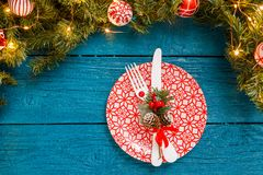 La foto del pino ramifica, las placas con el modelo rojo, bifurcación, cuchillo, decoración de la Navidad Imagenes de archivo