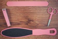 La foto del vintage, los accesorios para la manicura o la pedicura, el concepto de pie, la mano y el clavo cuidan, copian el espa Fotos de archivo