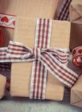 La foto del vintage, los regalos envueltos en el papel reciclado para las tarjetas del día de San Valentín o la otra celebración Fotografía de archivo libre de regalías
