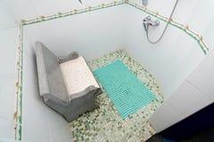 La foto della doccia con un sedile fotografia stock