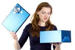 La foto della donna irritabile ha ricevuto il regalo Immagini Stock
