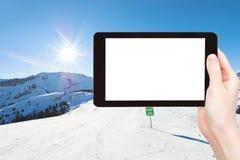 La foto delle piste di corsa con gli sci su neve pende nel giorno soleggiato Fotografie Stock Libere da Diritti