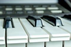La foto detallada y cercana sobre piano cierra el fondo fotografía de archivo libre de regalías