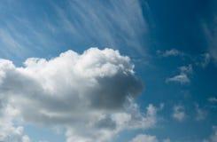 La foto di bello cielo soleggiato con le nuvole piove Fotografie Stock