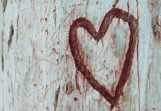La foto di vecchio tronco di albero con cuore ha scolpito su  Valentine& x27; concetto di giorno di s fondo romantico Immagini Stock