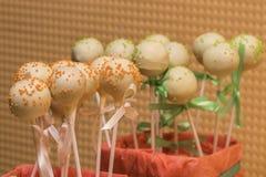 La foto di vista superiore del dolce variopinto schiocca sulla tavola Fotografia Stock Libera da Diritti