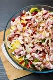 La foto elegante de la comida de la patata, del cerdo y del tocino coció el plato imagenes de archivo