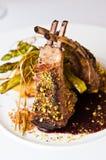La foto elegante dell'alimento delle costole è servito sul piatto bianco immagine stock libera da diritti