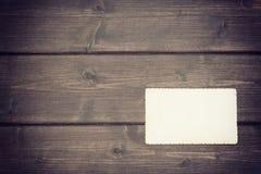La foto en blanco vieja que miente en un escritorio de madera Imagenes de archivo