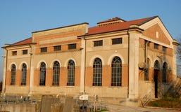 La foto ha fatto alla costruzione che alloggia l'asciugamento quello è situata nella città di Bovolenta nella provincia di Padova Fotografie Stock Libere da Diritti
