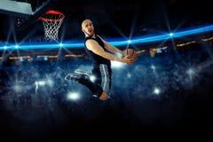 La foto horizontal del jugador de básquet en el juego hace revés Imágenes de archivo libres de regalías