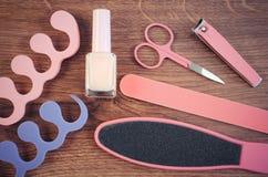 La foto, los cosméticos y los accesorios para la manicura o pedicura, el concepto de pie, la mano y el clavo del vintage cuidan Foto de archivo