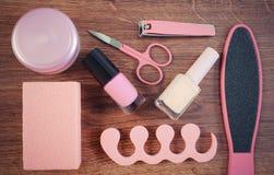 La foto, los cosméticos y los accesorios para la manicura o pedicura, el concepto de pie, la mano y el clavo del vintage cuidan Fotografía de archivo libre de regalías