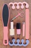 La foto, los cosméticos y los accesorios para la manicura o pedicura, el concepto de pie, la mano y el clavo del vintage cuidan Imagenes de archivo