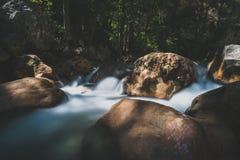 La foto lunga dell'otturatore ha sparato di una corrente dell'acqua corrente con la cascata Fotografie Stock