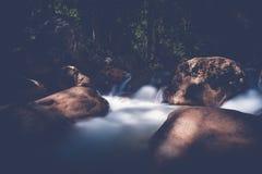 La foto lunga dell'otturatore ha sparato di una corrente dell'acqua corrente con la cascata Immagini Stock Libere da Diritti