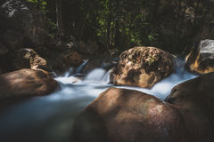 La foto lunga dell'otturatore ha sparato di una corrente dell'acqua corrente con la cascata Fotografia Stock