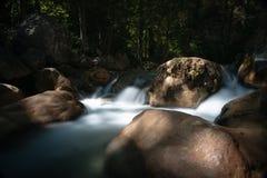 La foto lunga dell'otturatore ha sparato di una corrente dell'acqua corrente con la cascata Fotografie Stock Libere da Diritti