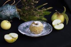 La foto mostra le mele verdi Immagine Stock