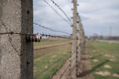 La foto muestra el alambre de púas en el campo de concentración de Auschwitz Birkenau, campo de exterminación nazi que data de WW fotos de archivo