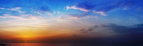 Foto panorámica hermosa - puesta del sol sobre el mar imagenes de archivo