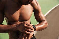 La foto potata degli sport musculary afroamericani mezzo nudi equipaggia la c fotografia stock