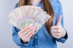 La foto potata del primo piano delle persone di affari felici allegre positive felici soddisfatte di affari che mostrano per dare immagine stock libera da diritti