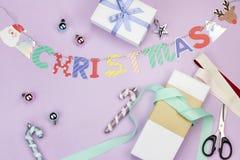 La foto puesta plana del concepto colorido lindo de la Navidad incluye bolas de la caja y del ornamento de regalo de la guirnalda foto de archivo libre de regalías
