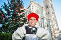La foto que tomaba turística de la mujer en hristmas del  de Ñ adornó Florencia Fotos de archivo