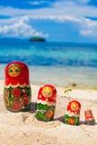 La foto rema la playa tropical sin tocar de las muñecas del rompecabezas del recuerdo ruso de Matrioshka en la isla de Bali Cuadr Foto de archivo