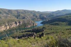 La foto Shooted dal livello della catena montuosa di Albalate mostra il fiume di Tajo al suo passaggio da Albalate De Zorita Paes Fotografie Stock Libere da Diritti