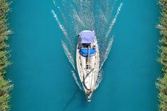 La foto vaga in cerca di preda gli yacht dalla cima nel canale immagine stock libera da diritti