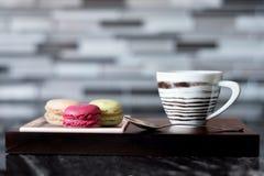 La foto variopinta della tazza e dei dolci di caffè è servito sulla tavola Immagine Stock Libera da Diritti