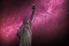 La fotografía astronómica, cielo estrellado brilla en la noche Estatua de la libertad y de la puesta del sol de New York City imagenes de archivo