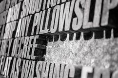 La fotografia della pietra spessa segna il fondo con lettere nella prospettiva Fotografie Stock