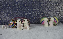 La fotografia di Natale delle caramelle gommosa e molle ha modellato come neve con il modello di stelle nel fondo con le decorazi Fotografia Stock Libera da Diritti